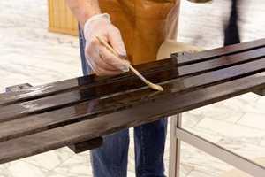 Avslutt med en spesialolje for å forsegle fargen i treverket.