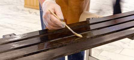 Selv om det gjerne er furu som gjelder i badstuen, har også treverket her inne godt av overflatebehandling. Var du klar over at du med enkle grep kan endre fargen på treverket?