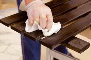 Fjern overskuddsolje med en ren og tørr klut.