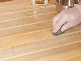 Gammelt treverk bør renses med Møbelrens før beising.