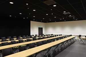 <b>BLACK BOX:</b> Dette er skolens kreative smie, for anledningen rigget som konferanserom. Med det sorte gulvet, taket og veggene står man fritt i forhold til scenografi. Her ligger alt til rette for dans, skuespill, improvisasjoner, eller som et alternativt samlingssted.