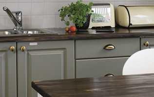 Vask innimellom over knotter og håndtak med en desinfiseringsvæske.
