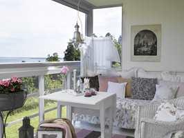 Sommer – lette, lyse tekstiler og farger i sengeteppe, puter, gulvteppe og pledd. Roser i blomsterkassen.