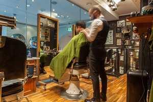 <b>GLASSKLAR BARBERER:</b> − Hos H2 Barber and Sons i Trondheim har vi gjort alt med tak, gulv og vegger. Glassveggen mot klesbutikken gjør at salongen virker større. Klesbutikken bak glasset har også samme stil som barbersalongen, sier Lars Erik Saltrø hos Talseth og Husby.