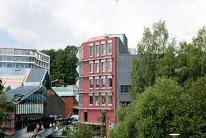 Bellonahuset på Grünerløkka i Oslo er bygget etter Passivhusstandarden. Hovedkontoret til miljøstiftelsen har fasade med integrerte solfangere.