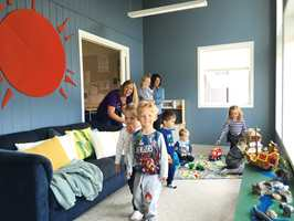 <b>BLÅTT:</b> Blåfargen på veggene er ikke en typisk «barnefarge», men den er mørk nok til å gi ro og klar nok til å gi farge.