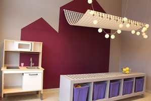 <b>FLEKSIBELT:</b> Med flyttbare møbler på plass er det klart for cafédrift, butikk eller andre jobbemiljøer barna fantaserer fram i fellesskap.