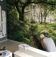 <b>FOTOTAPET:</b> På kort tid ble en ensfarget hvit vegg forvandlet til et spennende skogsområde.