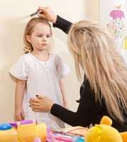 <b>OMRISS:</b> Plasser barnet inn mot veggen, og riss rundt.