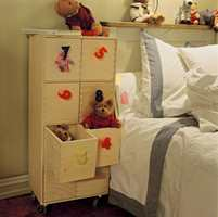 Den umalte kommoden fungerer nå som senger for småbamser. Når barnet blir eldre kan kommoden plasseres under bordplaten og brukes til kontorsaker.