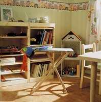 Møbler, speil og bilder er plassert slik at barna kan se dem riktig i sitt perspektiv, ikke i voksen høyde slik vi har lett for å gjøre.