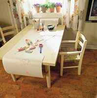 Arbeidsbordet har riktig høyde for barn. Papir på rull er både morsomt og praktisk