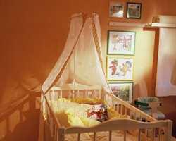 En himmel gjør sprinkelsengen lunere. Sengebunnen kan reguleres i tre høyder etterhvert som barnet vokser.