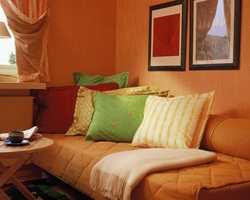 En daybed er kombinert sofa og seng. Sengetøyet rulles inn i pøllen og blir støtte for ryggen.
