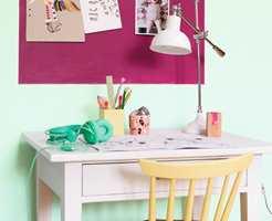 Den gule stolen har fargen 2584 Humble Buttercup.