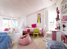 Anna ønsket å male veggene knall rosa, men mor og far klarte å overbevise henne om at det var lurere å velge nøytrale vegger og heller bruke nyanser av rosa på tekstiler og møbler. Med dongeriblått i tillegg er rommet blitt både feminint og tøft.