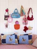 Ingrid elsker vesker, og samlingen hennes dekorerer en hel vegg. En god idé, for vesker tar mye oppbevaringsplass. Sofaen/gjestesengen har puter og sengeteppe i morsomme mønstre. Dette har også bestemor og venninnen sydd.