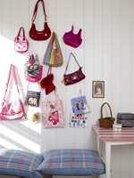 Bruk veggplassen til å skape dekorelementer. Vesker som gjerne fyller opp skap og skuffer blir enda mer spennende når de kommer på veggen. Her er det veskene til Anna som er samlet.