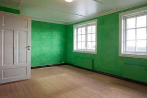 Rommet hadde tapet i en sterk grønnfarge – i overkant fargesterk for en liten pike som trenger mye søvn.