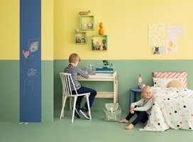 <b>LAVERE:</b> Todelt vegg og gulvet malt i samme farge som veggen lurer øyet til å tro at her er det lavt under taket. Fargene er fra det nye fargekartet til Butinox Interiør. (Foto: Butinox Interiør)