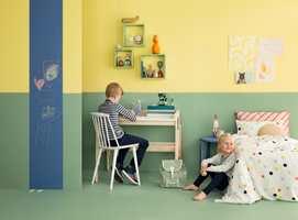 Veggene er malt med Butinox Interiør Barnerom. Gul vegg er fargen 5903 Plaske, grønn vegg er farge 5902 Paradis. Gulvet er malt med TreStjerner matt gulvmaling i samme farge.
