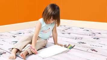 I dette barnerom har vi valgt gulvet Dynamic 3009 Playground fra Kronotex og Smartpanel Trend Only Orange på veggen.