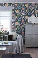 <b>TRE TING:</b> Ikke la sofaen stå igjen alene når veggen får ny farge eller tapet. Gjenta fargen på flere ting. Mal gjerne noen småmøbler i matchende farge. (Foto: Borge)