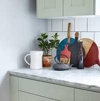 Å male kjøkkenskapene er en enkel og rask måte å fornye kjøkkenet på.