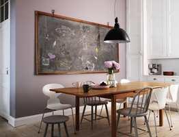 Ikke særlig søtt uttrykk i dette rommet, her er det en heller rustikk atmosfære. Vegg i farge Kanerva 717 (Beckers).
