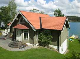 Farger som ser «grumsete» ut på fargekartet blir tydelig grønn på huset. Dette hus er malt i fargen Park fra Beckers. NCS-kode er S 4010-G30Y.