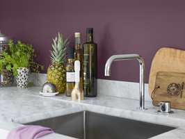 Er kjøkkenet favorittrommet i huset, og plommefarget er favorittfargen din, hvorfor ikke male kjøkkenet i nettopp denne fargen? Denne fargen er fra Beckers og heter Plommon.