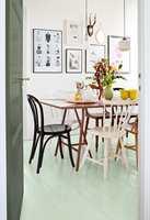 Prøv noe litt nytt og sett farge på gulvet. En lysegrønn nyanse, som denne fra Beckers, gjør store forandringer i rommet.