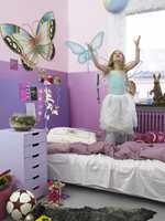 Et ekte prinsesserom! Radiator, sengegavl og nede del av veggene er i lekre metalliske nyanser, mens kommode og øvre del av vegg er helt matt.
