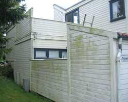 <b>BEGROING:</b> Lite solutsatte fasader er mer utsatt for begroing og soppvekst. På sikt vil begroing skade malingfilmen, men først og fremst ser det stygt ut. (Foto: ifi.no)