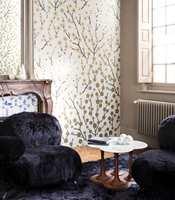 <b>HUMOR:</b> En pelskledd stol bryter med det stramme, og er en lodden, myk og humoristisk kontrast i en ellers stram palett. Fra Green Apple.