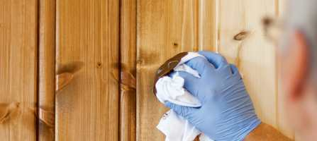 <b>LOFRI KLUT:</b> På panelveggen inne kan ett strøk være nok til å gi den fargen, beskyttelsen og slitestyrken du ønsker. Et mindre dekkende utseende oppnås ved å trekke av beis med en lofri klut etter påføring.