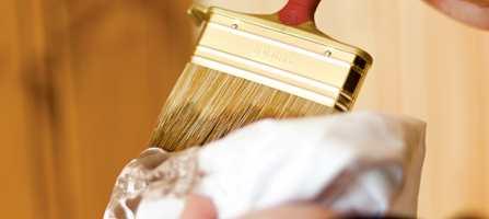 Tørk av fordriveren når den blir for mettet med beis.