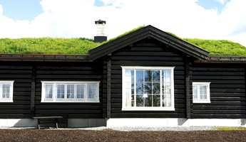 Ny hytte med mørk transparent farge og helt hvite detaljer. Hvitt brukes ikke mye på fjellet, men her er resultatet stilrent.