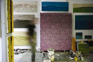 En fin tapet er som kunst på veggen. Her er tapetet Belgian Graffiti brukt som et maleri.