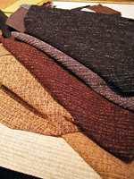 Den belgiske tekstilprodusenten Beaulieu Fabrics har en serie møbelstoffer som går veldig bra på Møre for tiden. Fargeskalaen er trendy i jordfarger, med innvevde tråder i fravikende farge som gir liv til den ellers ensfargete overflaten.