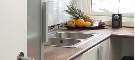 NATURLIG: En benkeplate i tre gjør seg på et kjøkken. Treverket gir kjøkkenet et naturlig og vakkert preg. Men det gjelder å passe på for å unngå flekker.