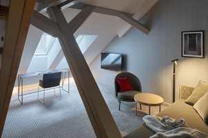 <b>TO PLAN:</b> Hotellet har også familerom, her ett over to plan. Fra hemsen er det bra oversikt over den lekre «underetasjen». (Foto: De Bergenske/lindmanphotography.com)