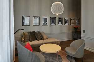 <b>ELEGANT MIKS:</b> Spesialdesignede møbler signert Claesson Koivisto Rune kombinert med moderne skandinavisk design gir interiøret særpreg. (Foto: De Bergenske/lindmanphotography.com)