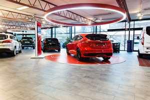 Podium: Sportsbilene vises på rødt podium med en rød lysring over.