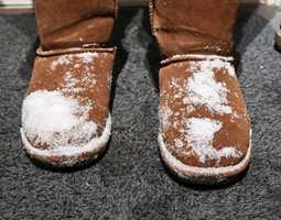 <b>VINTERLAND:</b> Det er lett å dra med seg snø inn. For å unngå skader i gulvet, gjelder det å riste av seg vinteren utenfor.
