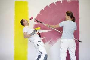 <b>SØL:</b> Det skal være gøy å male. Men det kan også bli søl om man ikke er forsiktig. (Foto: Jordan)