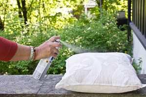 <b>BESKYTTER:</b> Impregner tekstilene, så er de klare til utendørsbruk. (Foto: Mari Andersen Rosenberg/ifi.no)