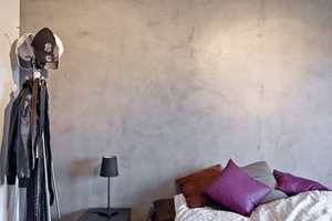Betonglook har satt seg godt som en skikkelig interiørtrend. Noen bor med naturlig betong, andre med tapet som ser ut som betong eller maler i betongfarge. En løsning som har blitt mer og mer aktuell er en naturtro betongsparkel som kan legges på de fleste underlag: Beton Cire.