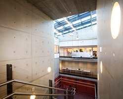 I konserthusets administrasjonsdel - korridorer, kontorer og enkelte fellesrom - har arkitekten valgt linoleum fra Armstrong DLW.