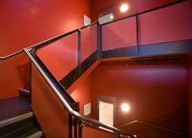 Alternativ malt betong: I trapperom med betongvegger har de valgt fargesetting og slette flater. Alle vegger er grovsparklet, helsparklet to ganger, pusset/slipt og malt to strøk med akrylmaling - Nordsjö Inova 7 - i rødfargen NCS S 2570-Y80R.